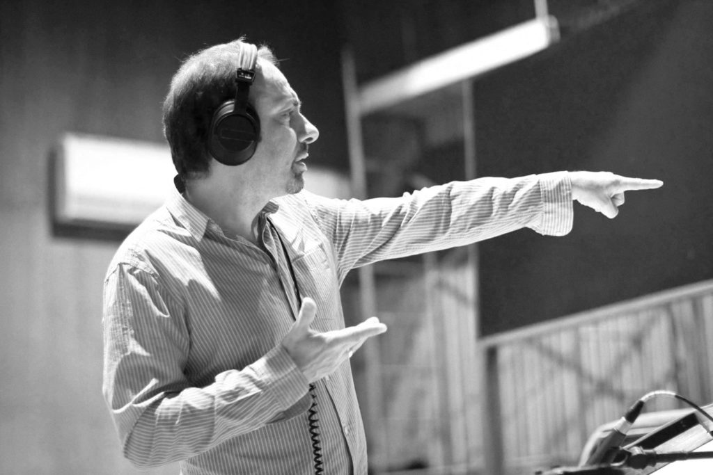 Michel Korb dirige l'orchestre au studio